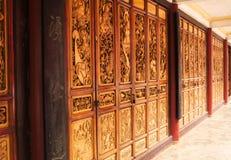 Pared de madera integrada en el templo foto de archivo