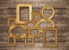 Pared de madera rústica del marco de oro antiguo Imágenes de archivo libres de regalías