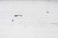 Pared de madera vieja con la pintura blanca agrietada y de peladura Imagenes de archivo