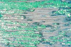 Pared de madera vieja con la pintura verde agrietada y de peladura Fotografía de archivo libre de regalías
