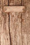 Pared de madera vieja con la placa del stell y el tornillo oxidado Fotografía de archivo