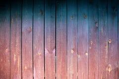 Pared de madera vieja con los tablones y la luz que pone en contraste imágenes de archivo libres de regalías