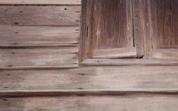 Pared de madera vieja con una ventana Fotos de archivo libres de regalías