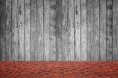Pared de madera y piso del ladrillo rojo en la opinión de perspectiva, parte posterior del grunge fotografía de archivo libre de regalías