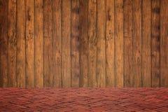 Pared de madera y piso del ladrillo rojo en la opinión de perspectiva, parte posterior del grunge foto de archivo libre de regalías