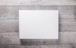 Pared de madera y tarjeta de papel en blanco fotos de archivo libres de regalías