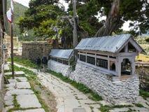 Pared de Mani en el pueblo de Ngawal, Nepal Foto de archivo