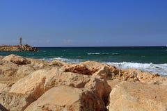 Pared de mar con el pequeño faro en el mar Mediterráneo en Herzliya Israel Foto de archivo