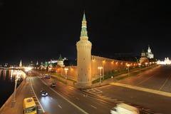 Pared de Moscú el Kremlin por noche Rusia Imagen de archivo