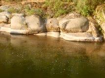 Pared de piedra al lado del foto de archivo