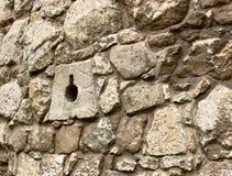 Pared de piedra antigua con las escapatorias Fotos de archivo libres de regalías