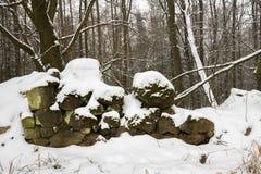 Pared de piedra arruinada vieja debajo de la nieve Fotografía de archivo
