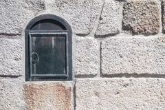 Pared de piedra blanca con el buzón foto de archivo libre de regalías