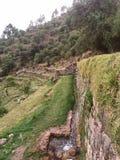 pared de piedra cerca de las plataformas foto de archivo