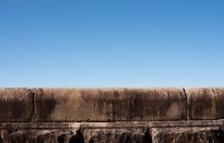 Pared de piedra con el cielo azul Fotografía de archivo