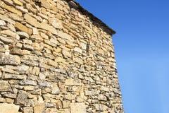 Pared de piedra con el fondo azul Fotografía de archivo libre de regalías