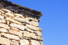 Pared de piedra con el fondo azul (detalle) Imagenes de archivo