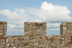 Pared de piedra con el fondo del cielo azul Imágenes de archivo libres de regalías