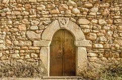 Pared de piedra con la puerta Foto de archivo libre de regalías
