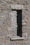 Pared de piedra con la ventana Fotos de archivo libres de regalías