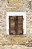 pared de piedra con la ventana cerrada de los obturadores en la ciudad vieja de Budva fotografía de archivo