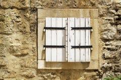 pared de piedra con la ventana de madera cerrada de los obturadores en la ciudad vieja de Budva foto de archivo