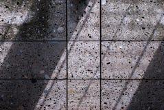 Pared de piedra con las sombras diagonales Foto de archivo