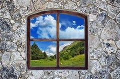 Pared de piedra con una ventana Fotografía de archivo libre de regalías