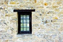 Pared de piedra con una ventana Foto de archivo