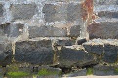 Pared de piedra cubierta de musgo Fotografía de archivo libre de regalías