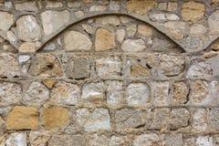 Pared de piedra de la misión con el arco Imagen de archivo