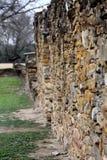 Pared de piedra de la misión española Espada imagen de archivo