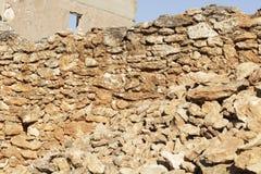 Pared de piedra de un cortijo y de una ruina abandonados Imágenes de archivo libres de regalías