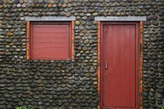Pared de piedra del adoquín, ventana de madera y puerta imagen de archivo libre de regalías