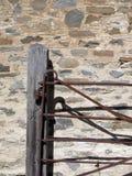 Pared de piedra del cortijo con la puerta fotografía de archivo libre de regalías