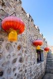Pared de piedra del estilo chino y linterna de papel roja Fotografía de archivo