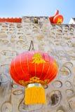 Pared de piedra del estilo chino y linterna de papel roja Imagen de archivo libre de regalías