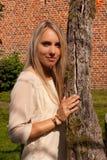 Pared de piedra del ladrillo del árbol de la muchacha, Groot Begijnhof, Lovaina, Bélgica fotos de archivo libres de regalías