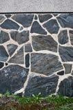 Pared de piedra e hierba Foto de archivo libre de regalías
