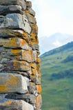 Pared de piedra en el fondo de las montañas caucásicas Imagen de archivo libre de regalías
