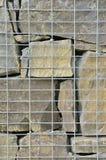 Pared de piedra en el refuerzo del alambre Foto de archivo libre de regalías