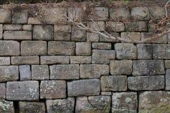 Pared de piedra en la bahía de Watsons imagenes de archivo