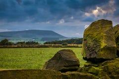 Pared de piedra en la granja con la colina de Pendle en distancia en su nublado Fotos de archivo