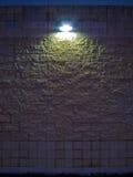 Pared de piedra en la noche Fotos de archivo