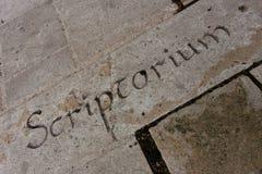 Letras en una pared de piedra Foto de archivo