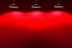 Pared de piedra interior roja con las lámparas Imagen de archivo libre de regalías