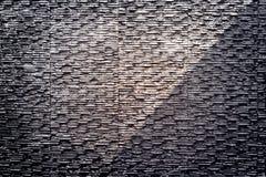 Pared de piedra moderna de la textura y fondo mojado del agua Fotos de archivo libres de regalías