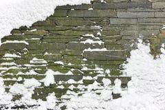 Pared de piedra nevada Fotos de archivo libres de regalías