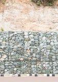 Pared de piedra - para proteja la roca caen abajo y erosión de la colina Imagen de archivo libre de regalías