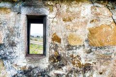 Pared de piedra poca ventana Imagen de archivo libre de regalías